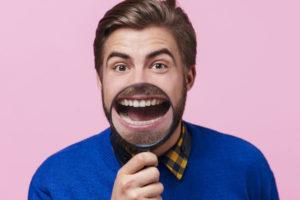 歯を見せる男