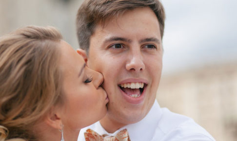 男の頬にキスする女