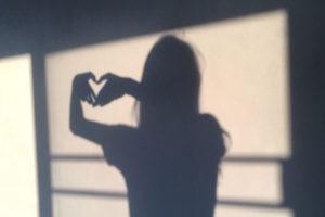 ハートを作る女の影