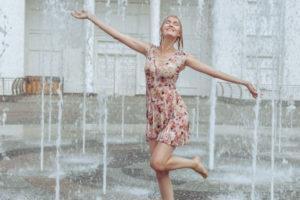噴水で遊ぶ女