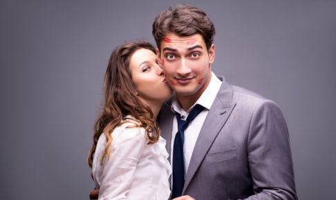 男にキスする女