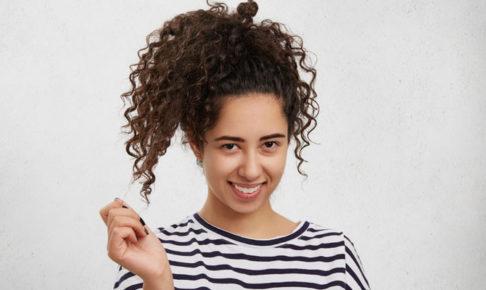 髪を触る女