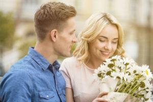 女に花をプレゼントする男