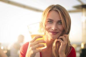 ビールを飲む女