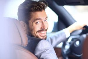 運転する男