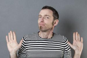 手を挙げる男