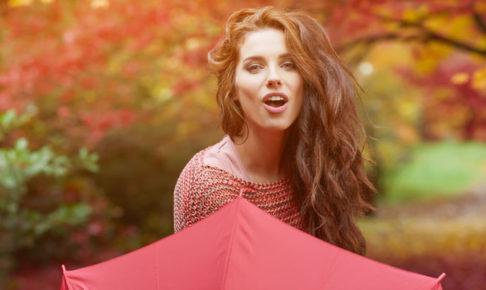傘を持つ女