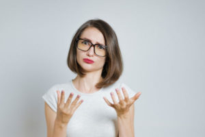 手を挙げる女