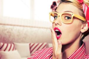 あくびをする女