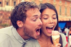 アイスを食べようとするカップル