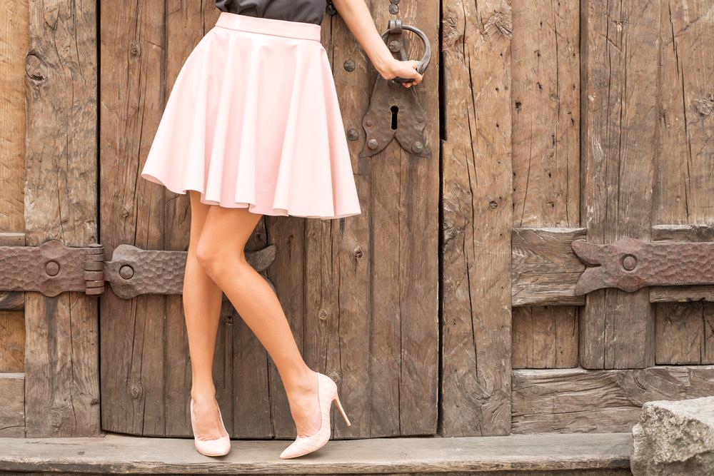 魅力的な女性のスカート