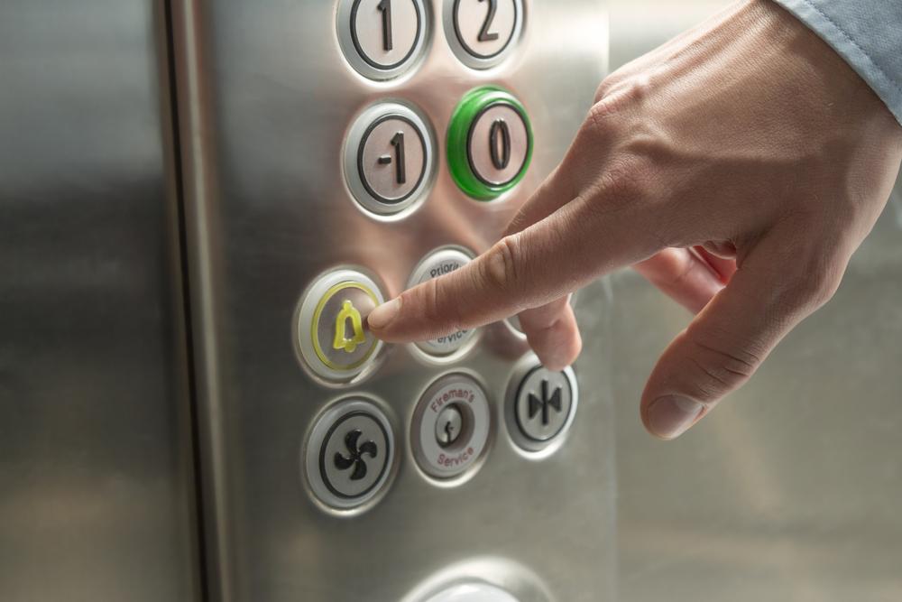 彼氏がエレベーターで下に下がる夢を見た