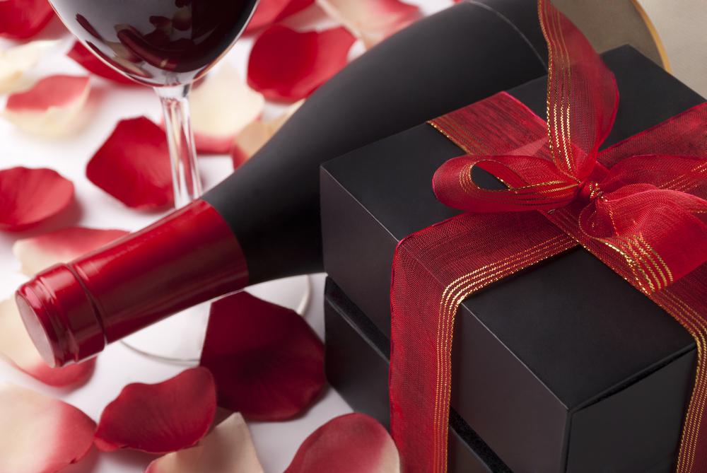 クリスマスプレゼントにワインを彼女に贈る