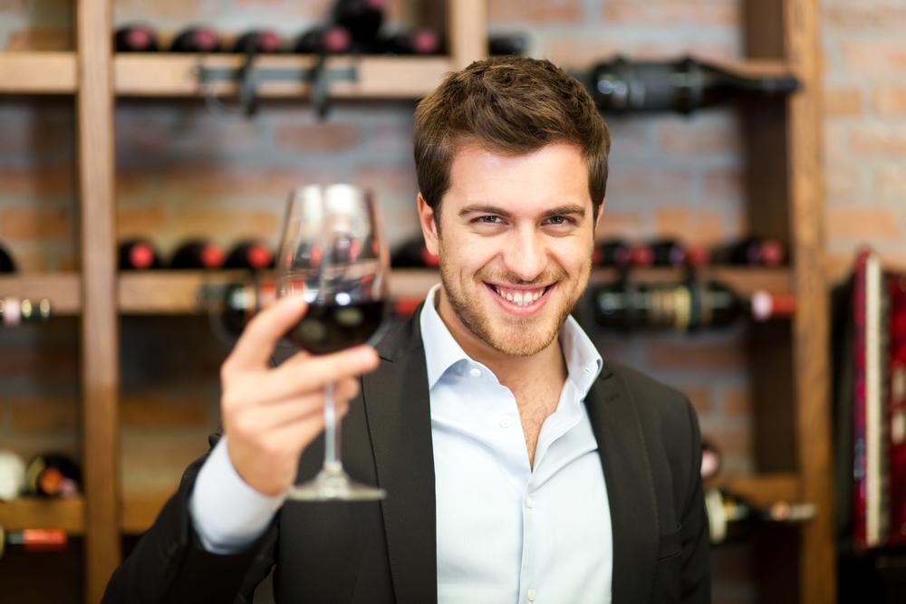 ワインを馬鹿にされると怒る男性