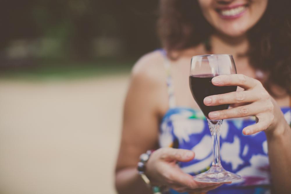 ワインで手を添えるマナー