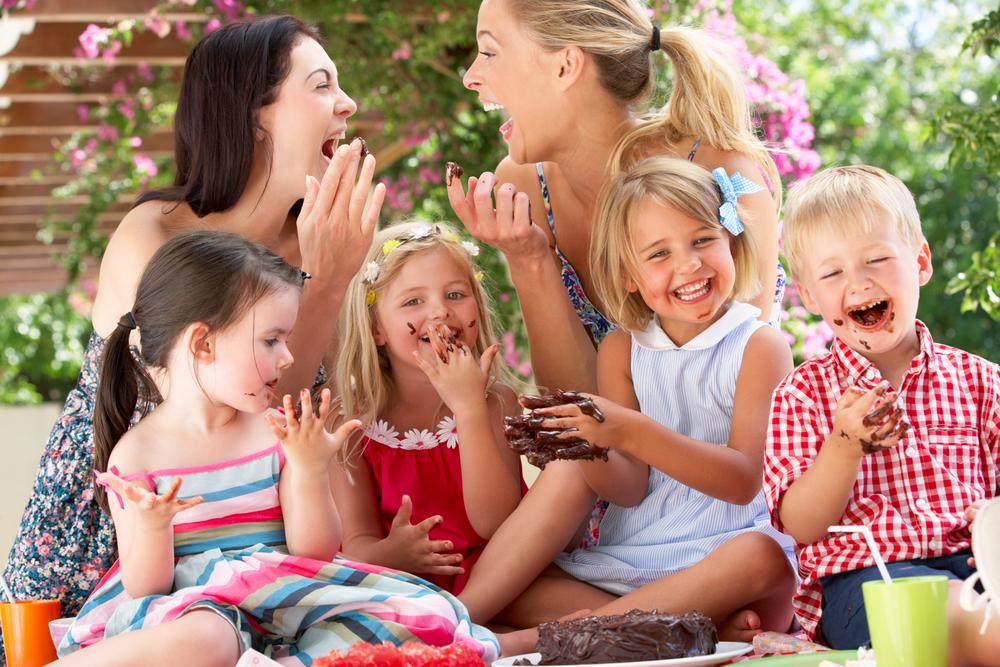 幼稚園で群れるママ
